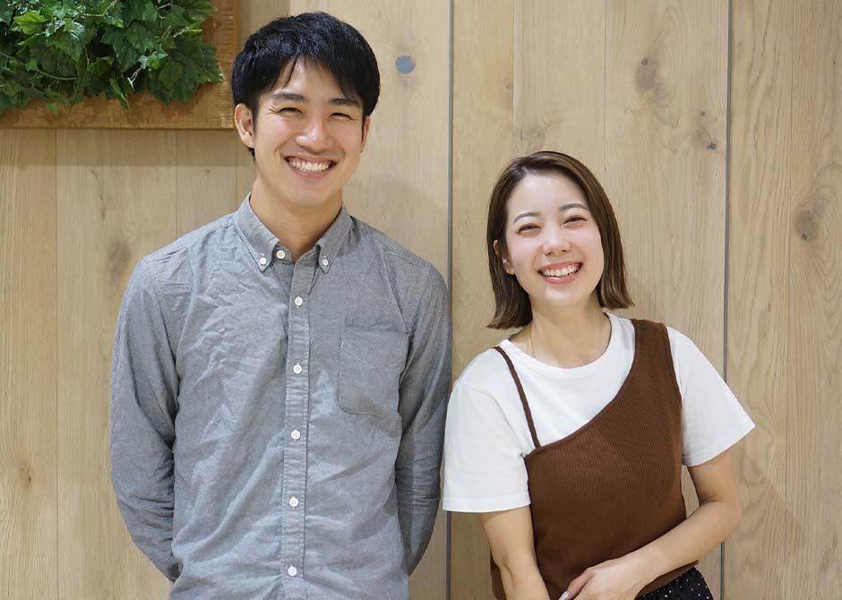 婚姻届けを提出して入籍した笑顔のカップル