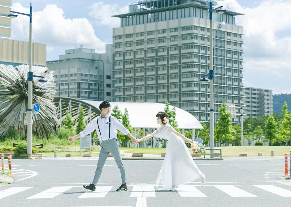 フォトウェディングでカメラマンに撮影されているカップル