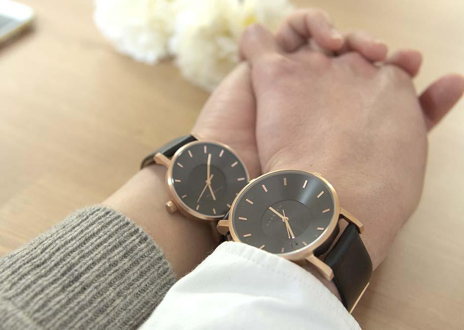 結婚の記念のペアウォッチをはめて手をつなぐカップル