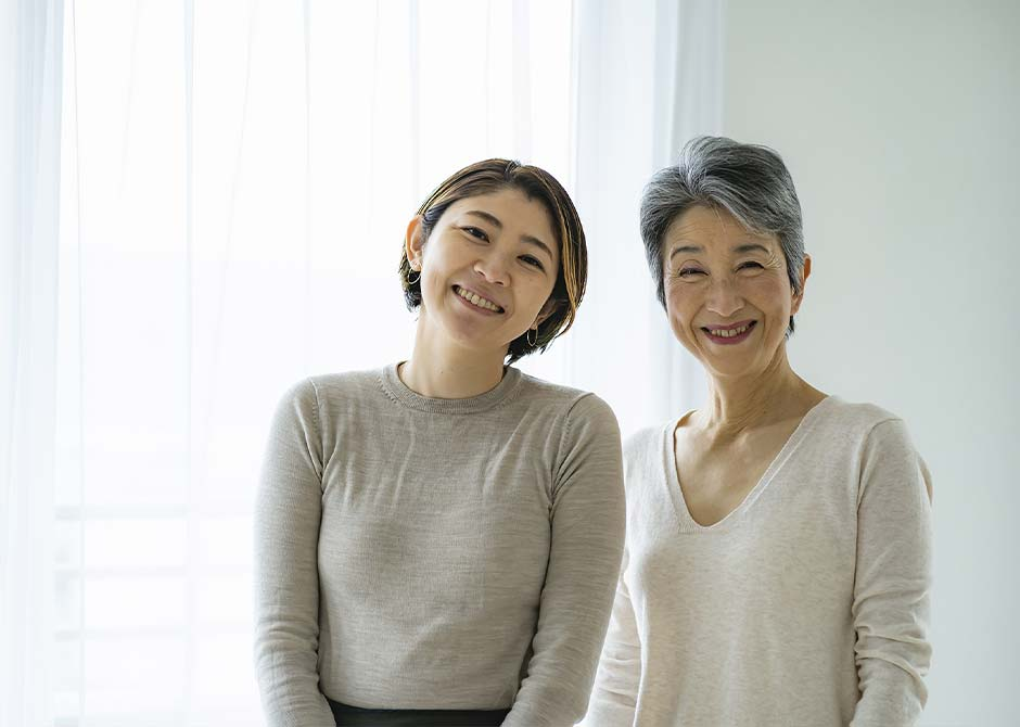 笑顔で並んでいる娘と母親