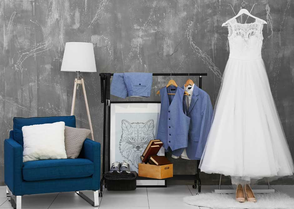 カジュアルな結婚式のタキシードとスニーカー、ウェディングドレスとハイヒール