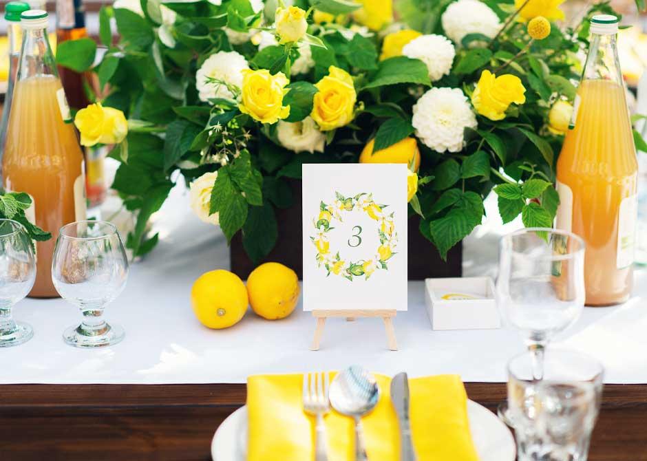 イエローとレモンをテーマにコーディネートされた結婚式のゲストテーブル