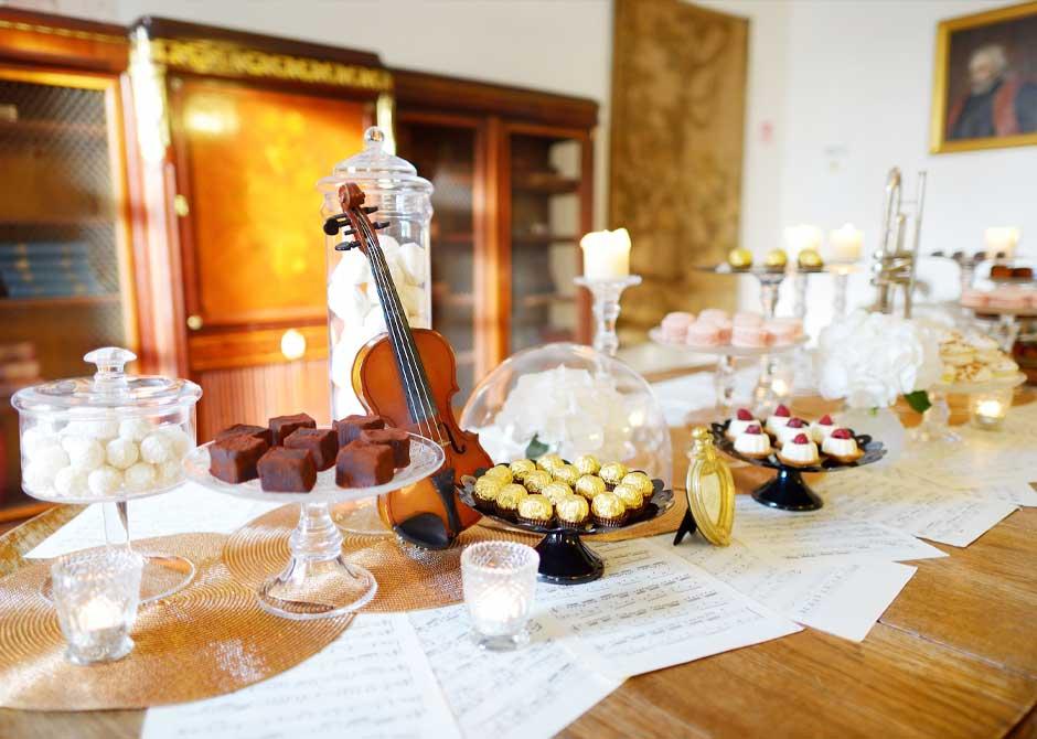 バイオリンや楽譜などをディスプレイした音楽をテーマにした結婚式の会場装飾