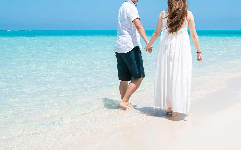 海辺を歩く新郎新婦
