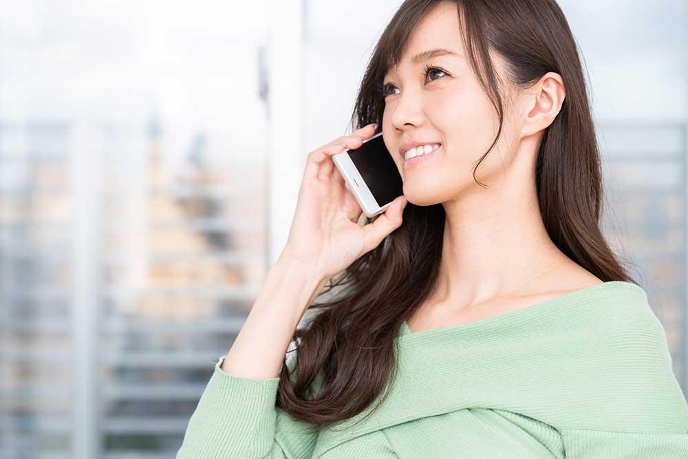 スマホで電話をしている女性