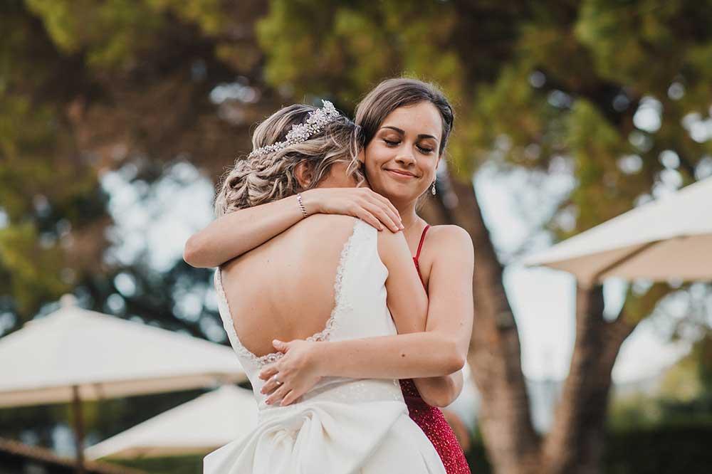 結婚式抱き合う姉妹