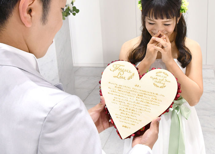 手紙を木に彫刻するハート型の可愛らしいラブレターボード