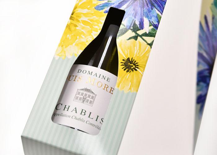 ワインの形に型抜きされた窓からワインのラベルが顔をのぞかせる作り