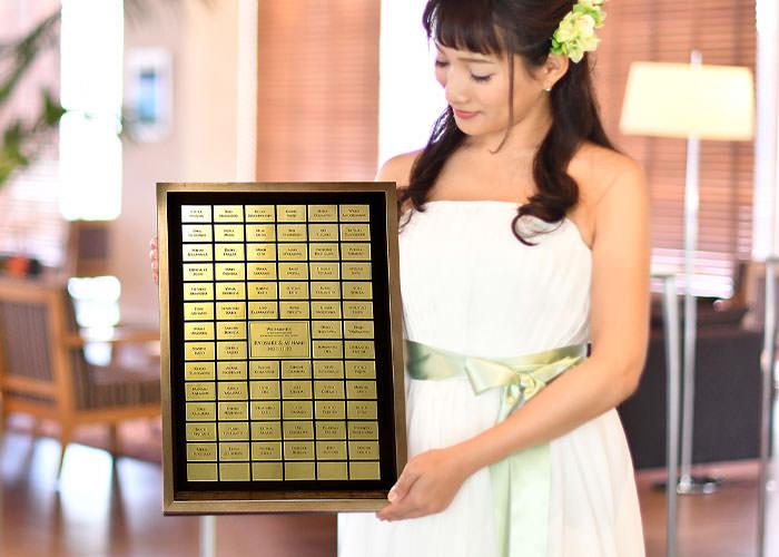 ゲスト参加型 名前入アクリルゴールド結婚証明書花嫁が手に持ったサイズ感