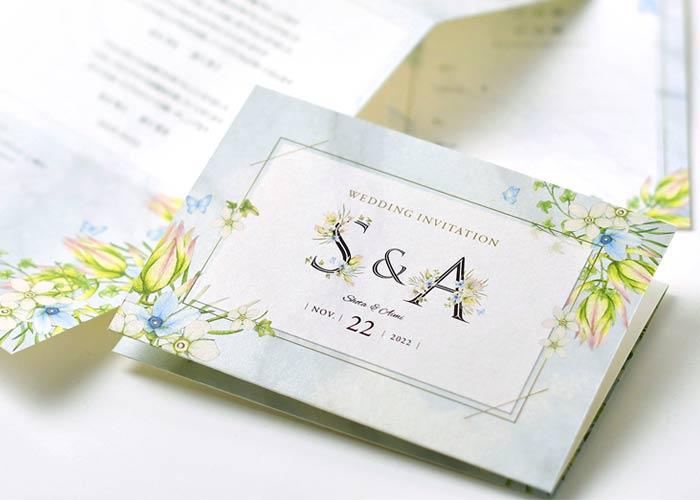 可憐で幸福な花を咲かせたイニシャルフラワー招待状表紙のデザイン