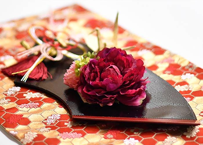 取り出した花を飾っている様子