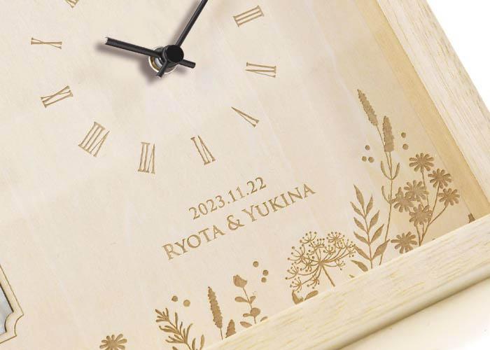 木の素材を使った時計は贈り物にふさわしいぬくもり