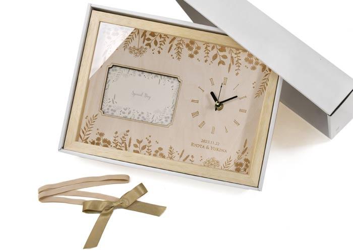 フォトフレーム付き木製時計贈呈シーン