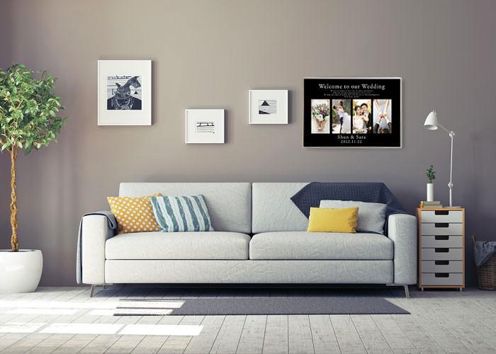 新居の壁にウェルカムボードを飾っているところ