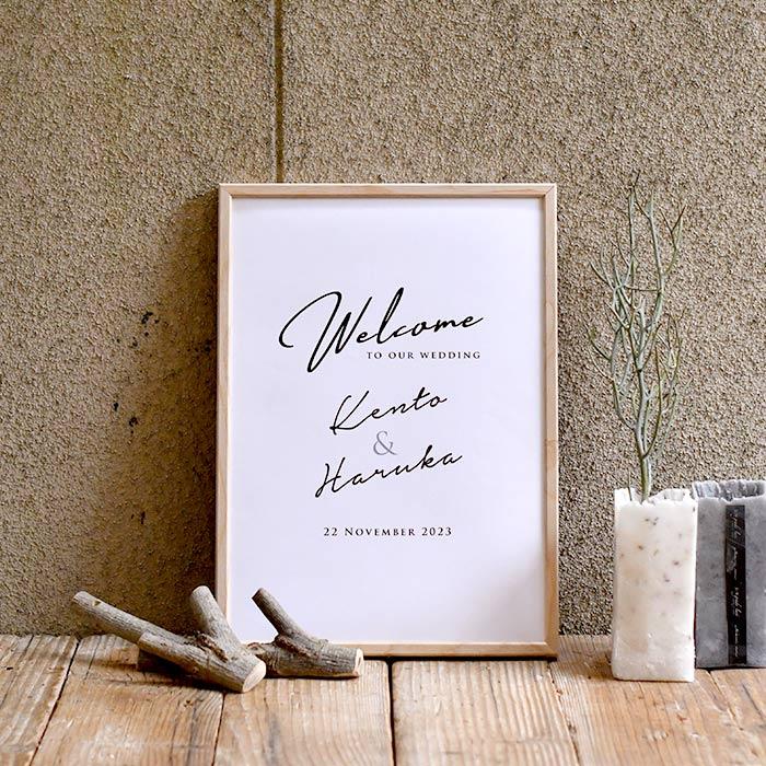フォントのみで構成されたミニマルデザインとナチュラルな木製フレームの組み合わせ