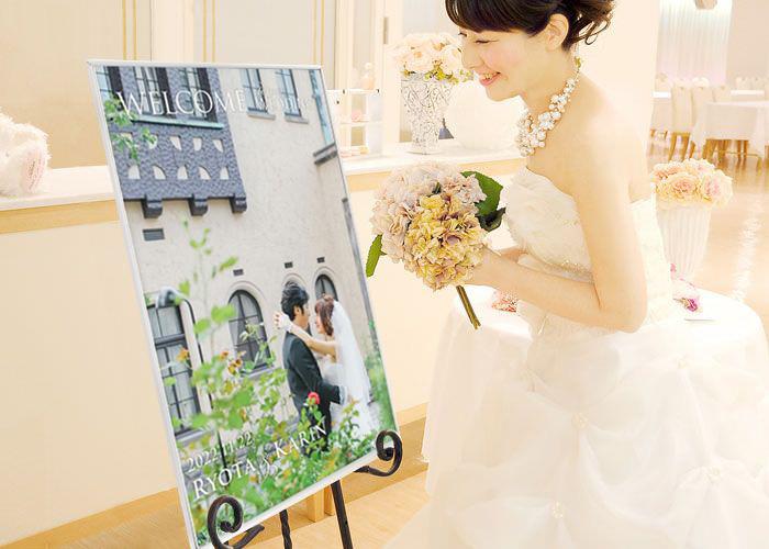 フォトウェルカムボードを見る花嫁