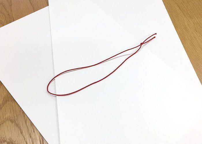 印刷する用紙としおりを綴じる紐を用意