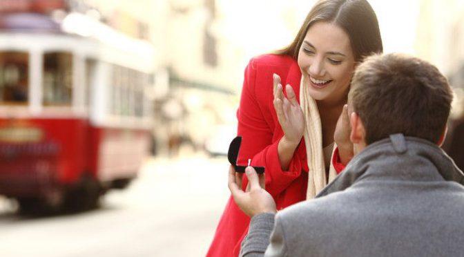 プロポーズのプレゼント!婚約指輪と一緒にあげると喜ばれるものリスト♡