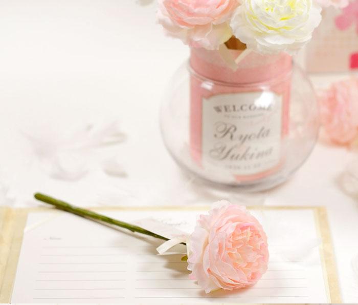 淡いピンクが可憐なデザイン。ガラスベースにふわふわの白い羽根入りで大人の可愛らしさを演出