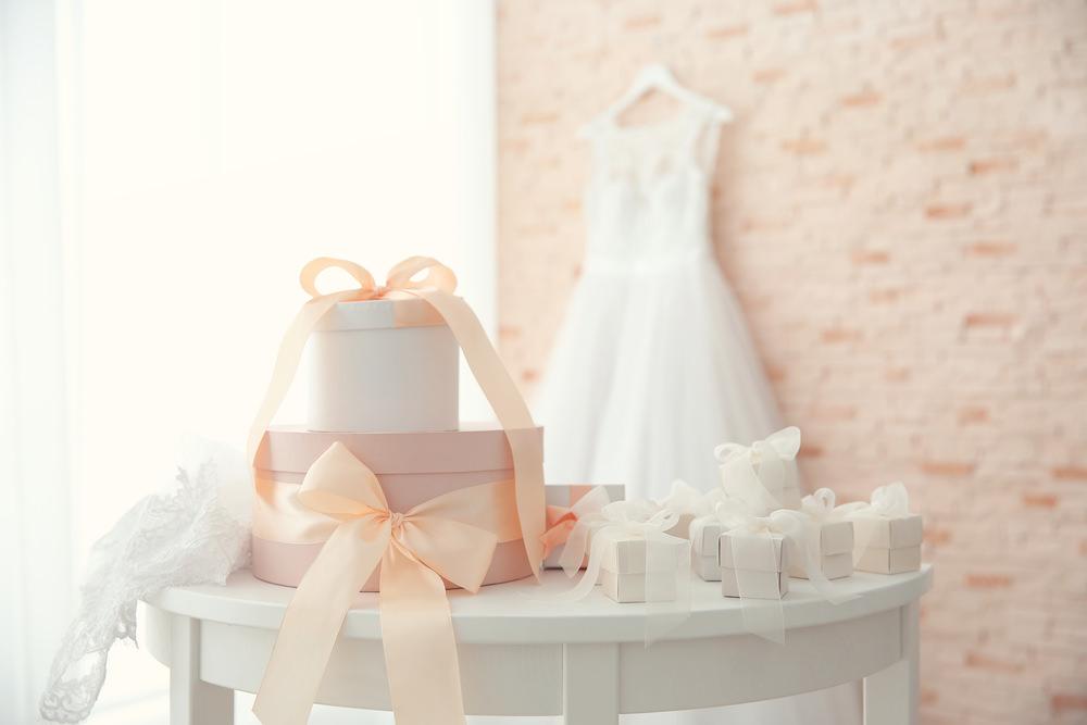結婚式で両親に贈る記念品の相場は?どこで手配したらいいの