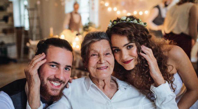 結婚式にサプライズでおばあちゃんに手紙を贈ろう♡アイデアと文例