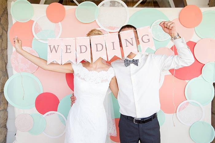 結婚式のガーランドと新郎新婦