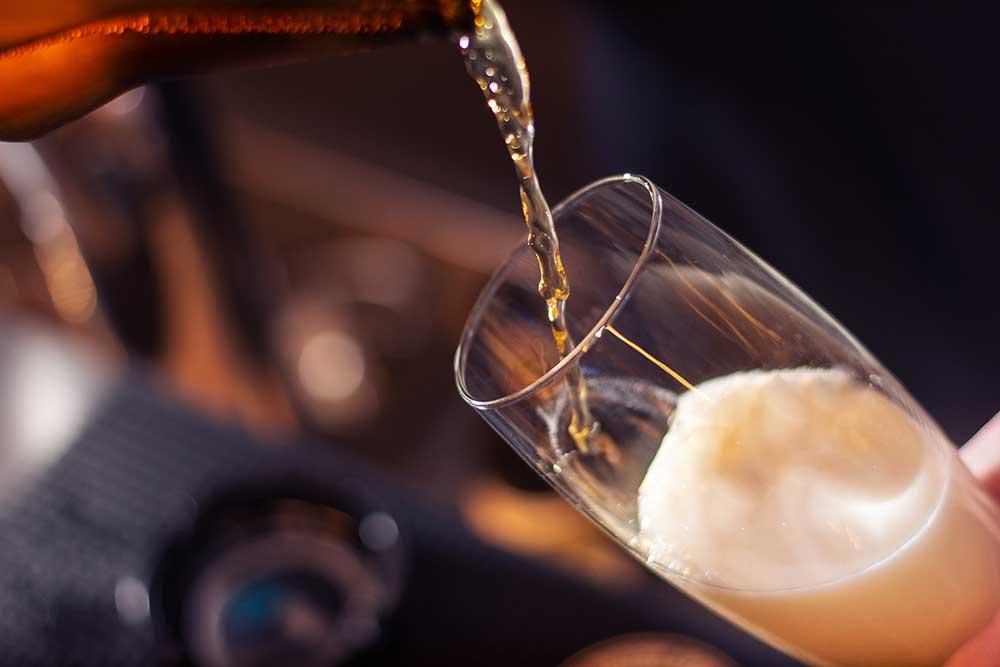 ビールをつぐ