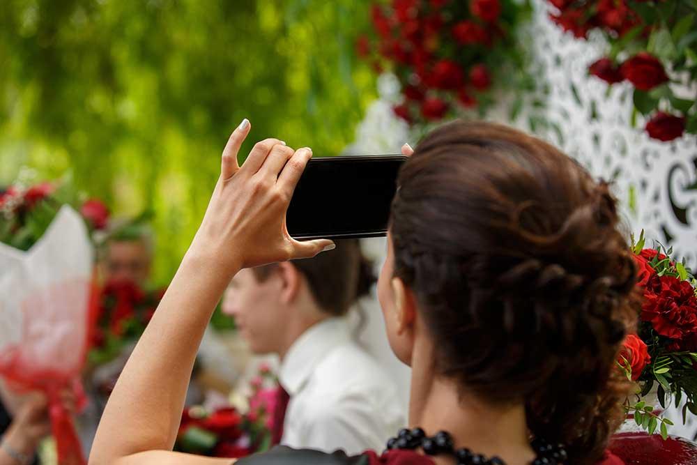 結婚式を撮影するゲスト