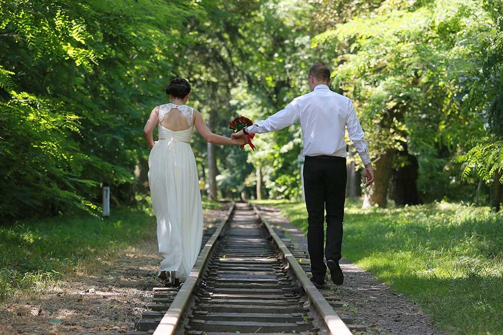 線路を歩く新郎新婦