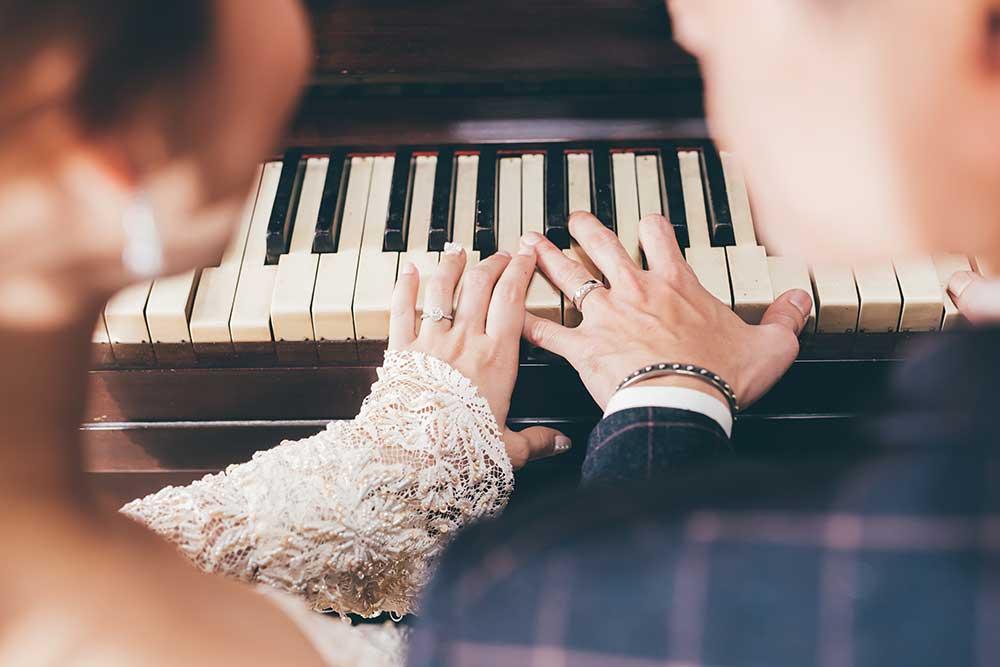 ピアノと新郎新婦