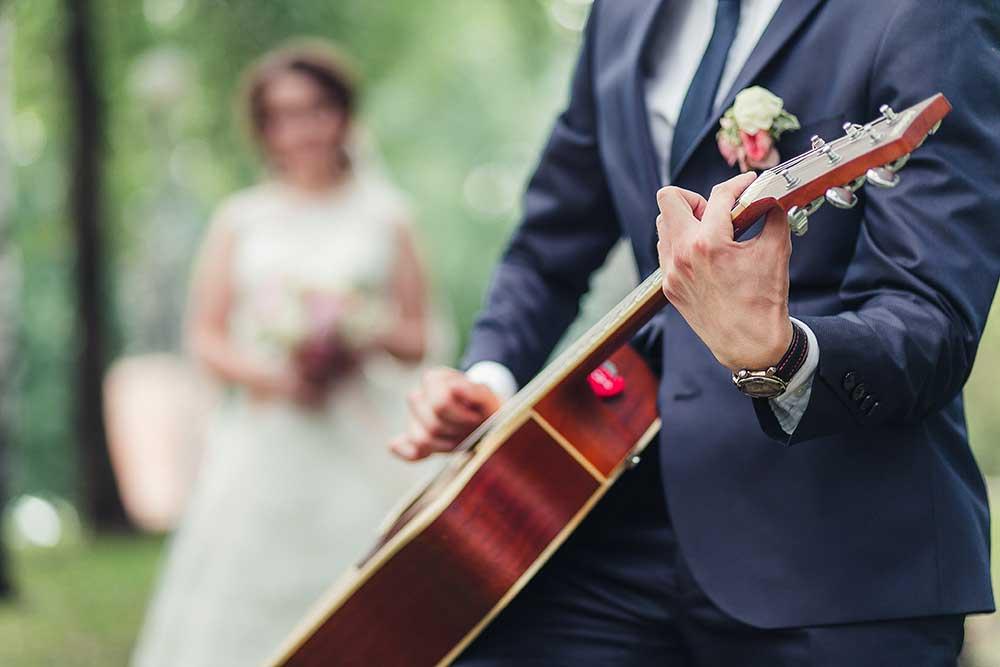 ギター演奏する新郎