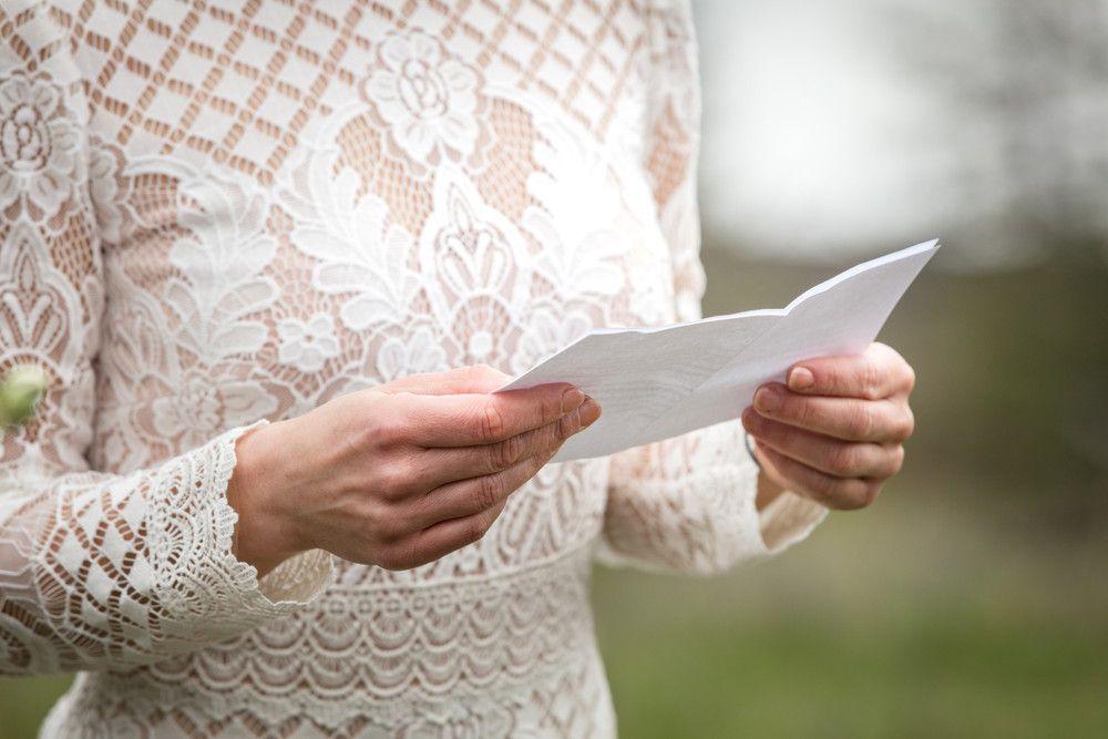手紙を読んでいる花嫁