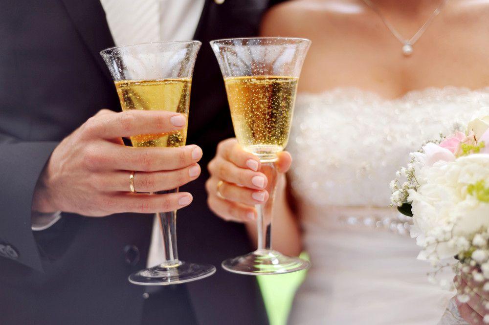シャンパングラスを持つ新郎新婦