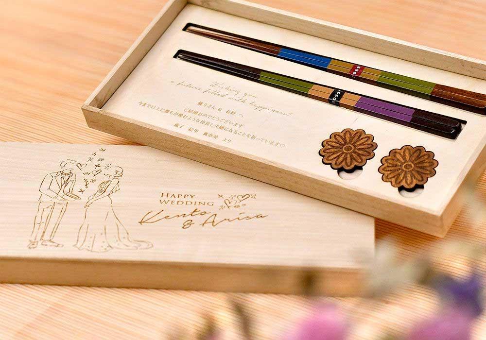 ドレス&タキシードを着た新郎新婦イラストが刻印されたペア夫婦箸&箸置きの結婚お祝いギフトセット