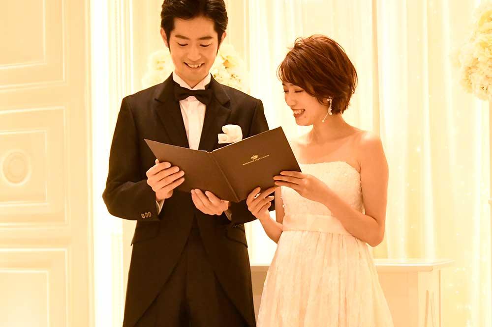 結婚証明書を手に持つ笑顔の新郎新婦
