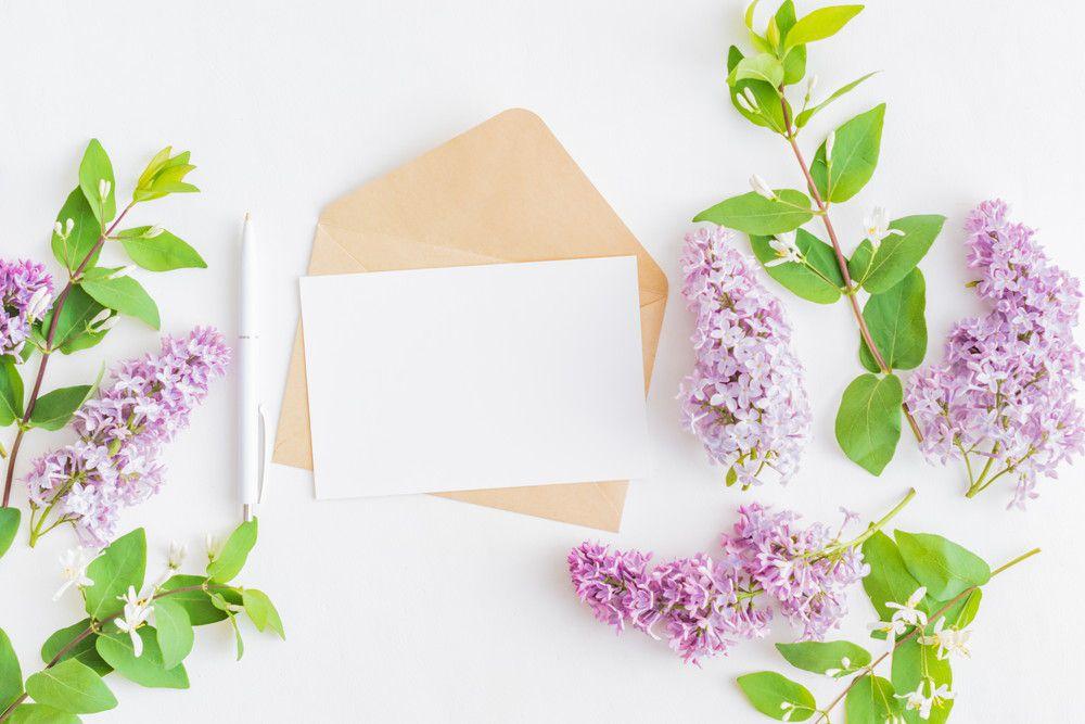 クラフトの封筒と本状の招待状セットとペン