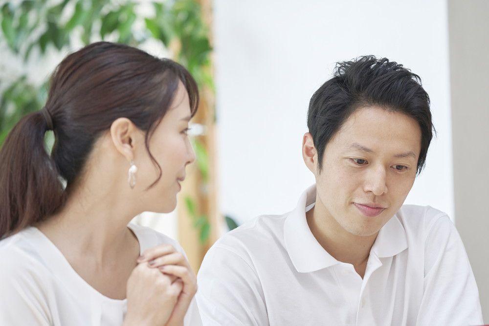 結婚式を開催するか悩んで話し合っているカップル