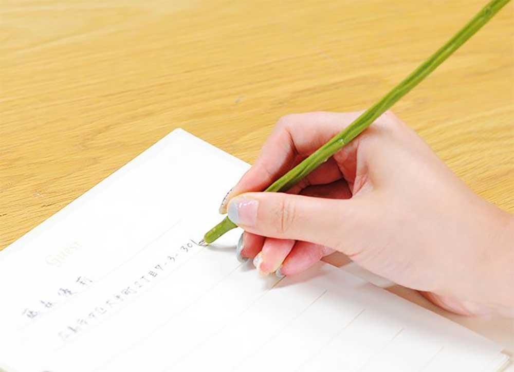 ペンで記帳する