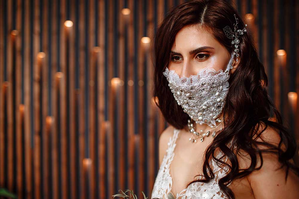 337289456ビジューやレースなどでゴージャスに装飾されたウェディング専用マスクをつけた花嫁