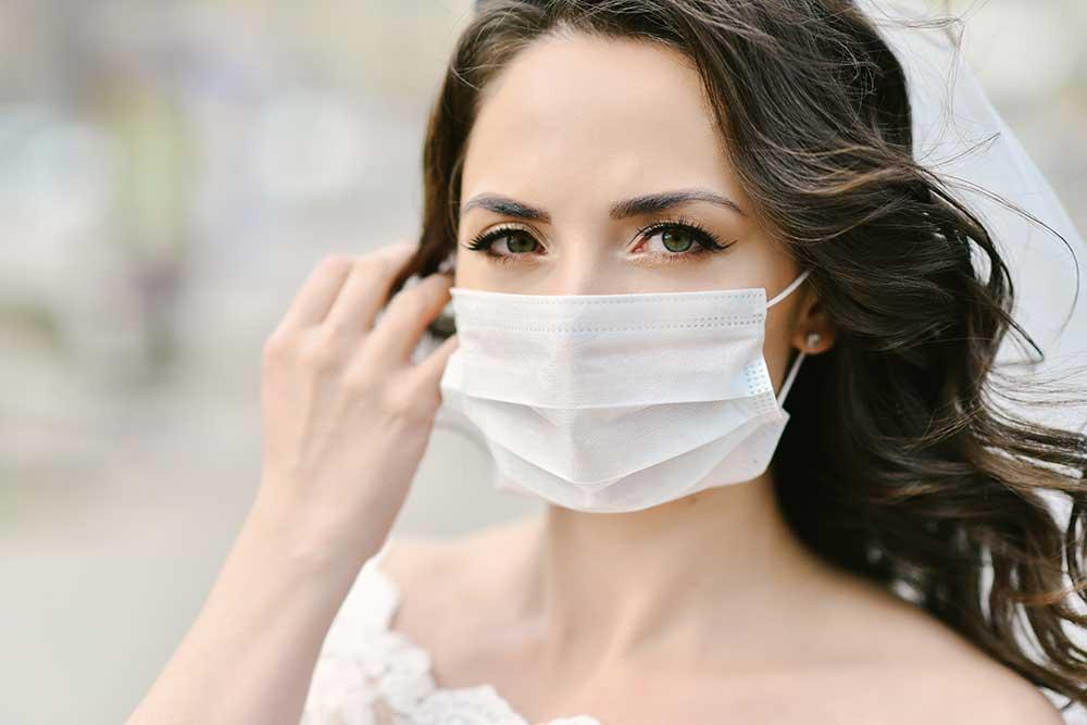 不織布の白いマスクをつけた花嫁