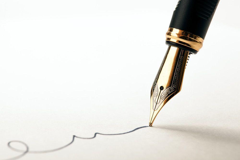 万年筆で書いている様子