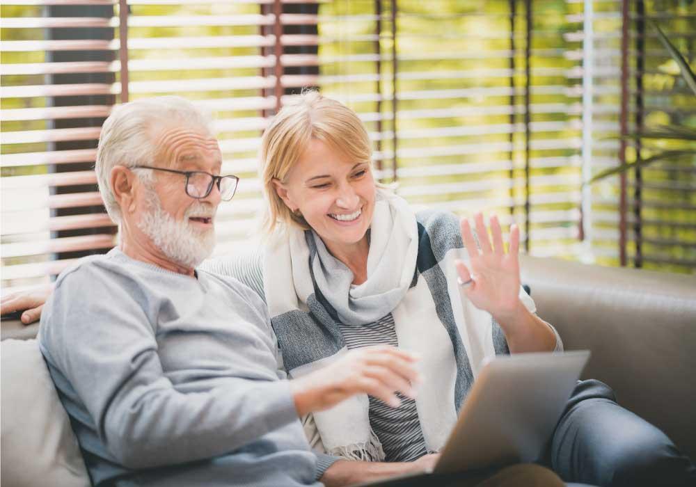 オンライン通話をする老夫婦