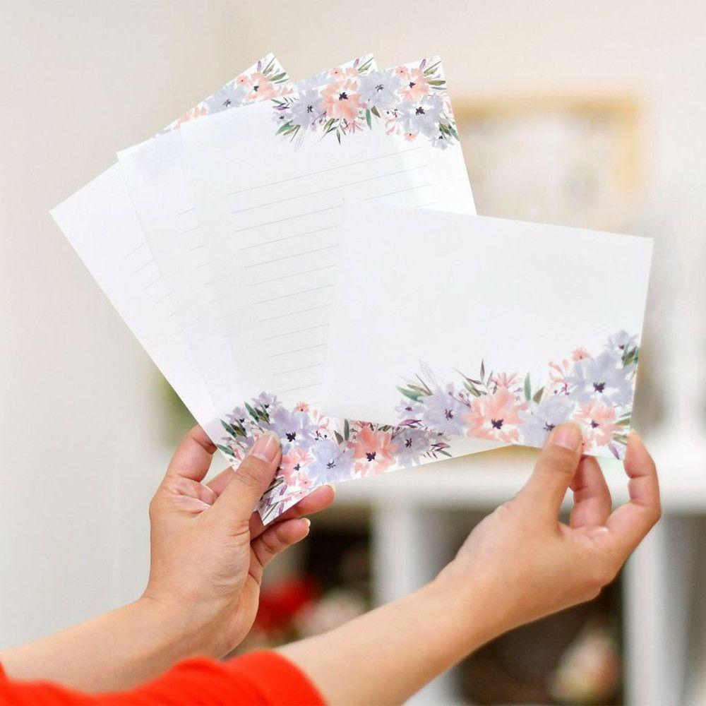 花柄がおしゃれな花嫁の手紙<抗菌>レターセットを持っている