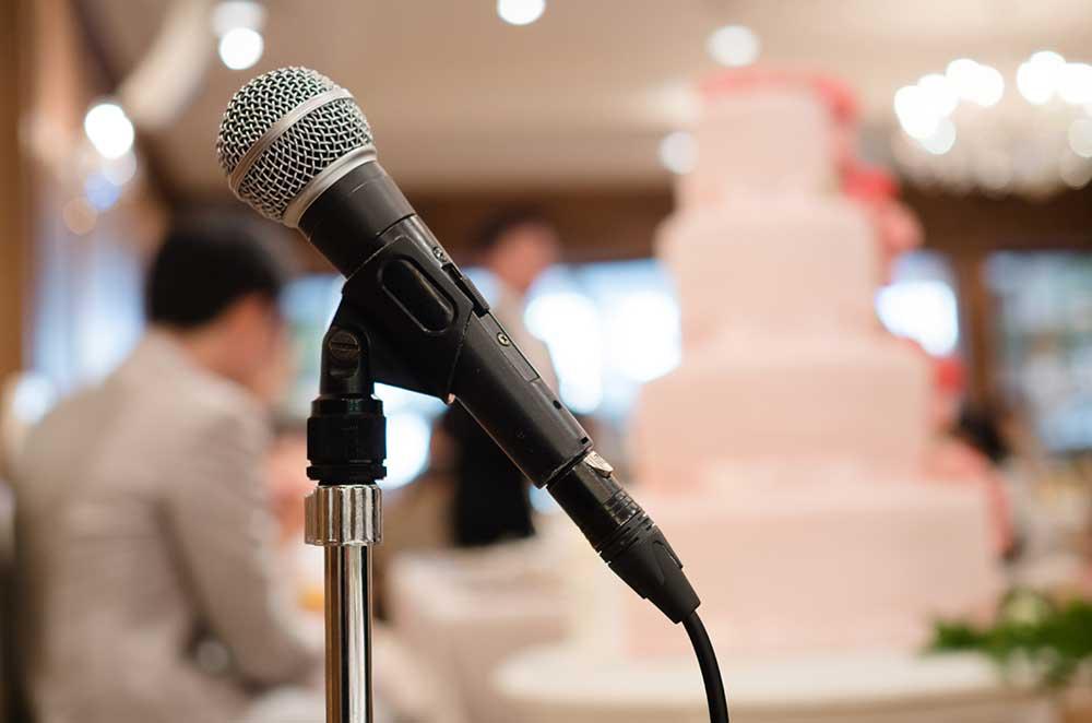 披露宴会場に置かれたスピーチ用マイク