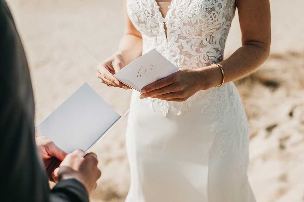 weddingvowbookを読み合う新郎新婦
