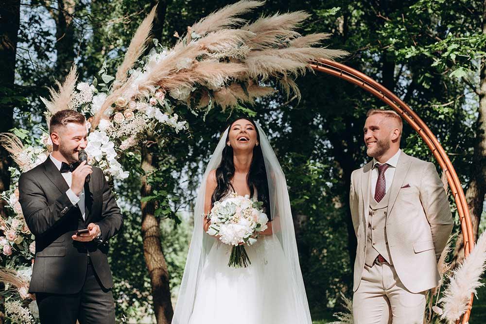 結婚式で新郎新婦の紹介をする司会者