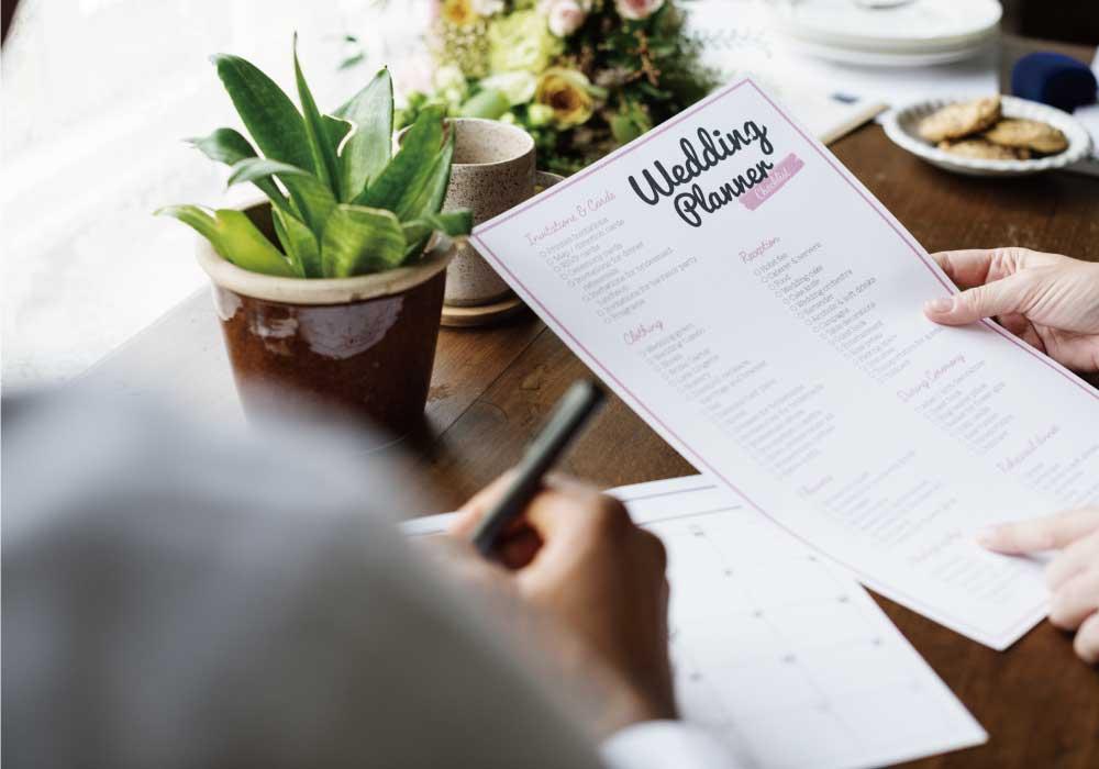 結婚式のプランニングシートを確認する新婦