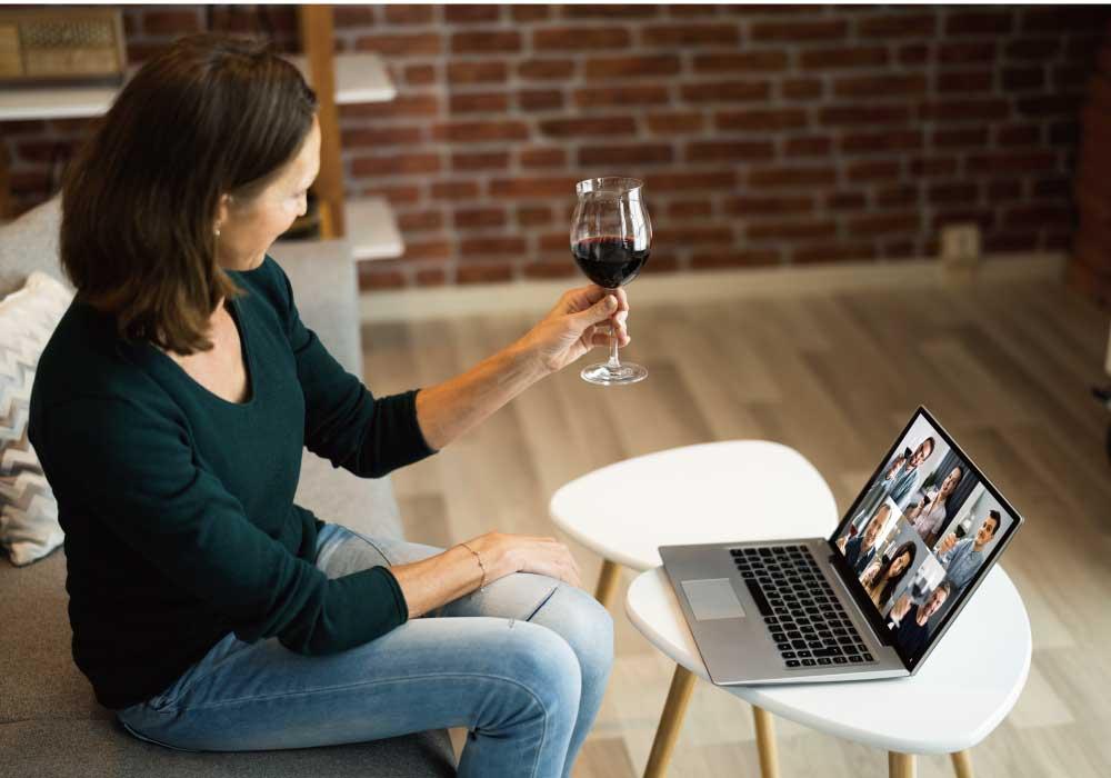 リモート通話をしながら乾杯する女性