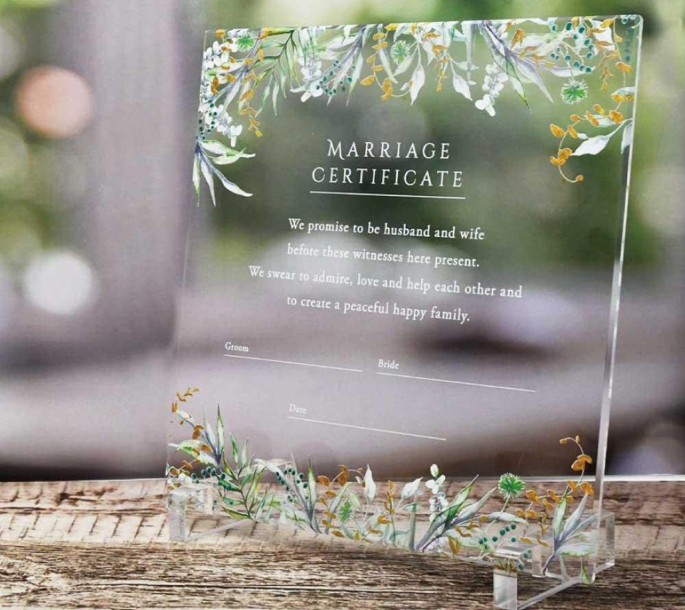 アクリルにナチュラルなグリーンとイエローの葉っぱ模様がUV印刷された結婚証明書