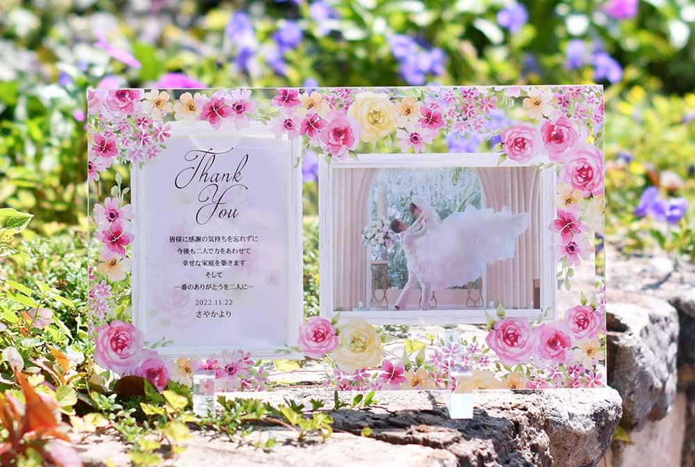美しいクリアガラスに可憐なお花のデザインをちりばめて、いつまでもインテリアとして飾っていただけるよう作られたおしゃれな贈呈品